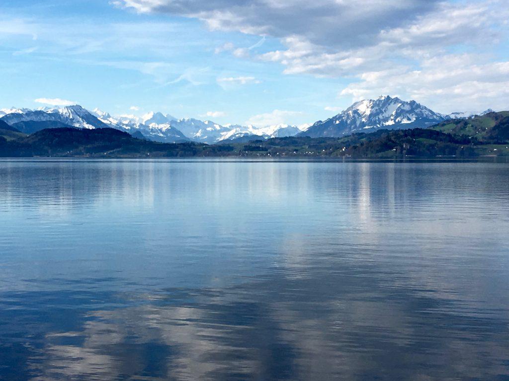 Quellen für gesundes Trinkwasser, hexagonales kleinclustriges Wasser, kommt in der Natur z.B. aus artesischen Brunnen, Quellen oder Gletschern