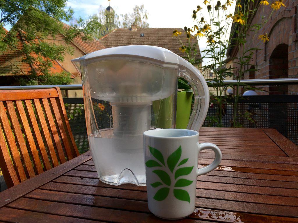Gesundes Trinkwasser durch die Ecaia®-Carafe, ein mineralischer Durchfluss-Wasserionisierer